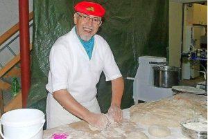 """Bäcker Kurt Schantz und sein Kollege hatten alle Hände voll zu tun, die 250 """"Obersalbacher Brote"""" knusprig zu backen. Foto: Fred Kiefer"""