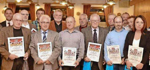 Bei den Jubiläumsfeierlichkeiten zum 50-jährigen Bestehen der Sportfreunde Obersalbach ehrte der Vorsitzende Kurt Haas (links) zahlreiche verdiente Mitglieder. Foto: Andreas Engel